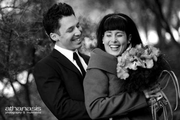 φωτογραφία γάμου στον Ι.Ν. Αγίου Δημητρίου Λουμπαρδιάρη, χαμόγελα γαμπρού νύφης στην φυση