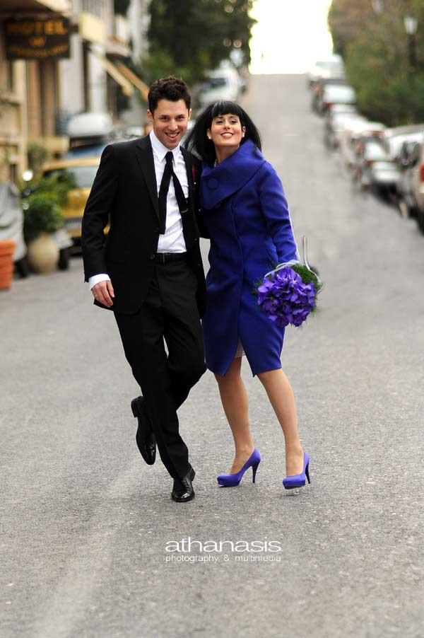 φωτογραφία γάμου, ο γαμπρός και η νύφη στην μέση του δρόμου