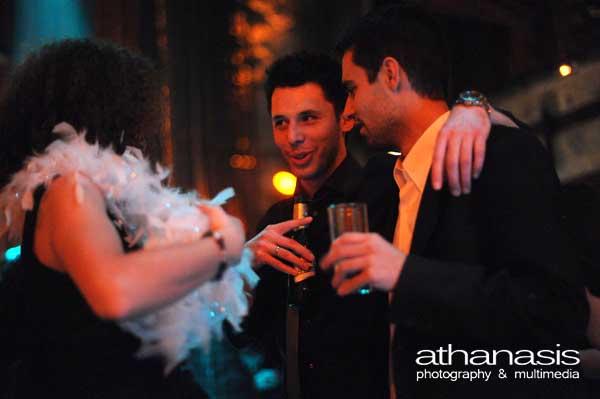 φωτογραφία γάμου , ο γαμπρός με φίλους πiνει μπύρες