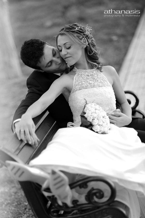 φωτογραφια γαμου, το ζευγαρι καθεται στο παγκακι