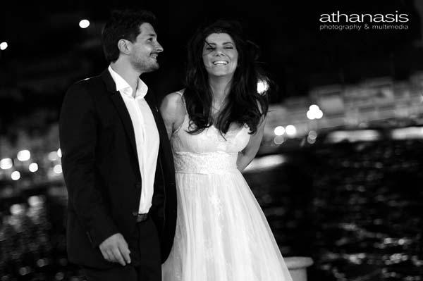 νεόνυμφοι σε νυχτερινή βόλτα στο λιμάνι, ασπρόμαυρη φώτο γάμου