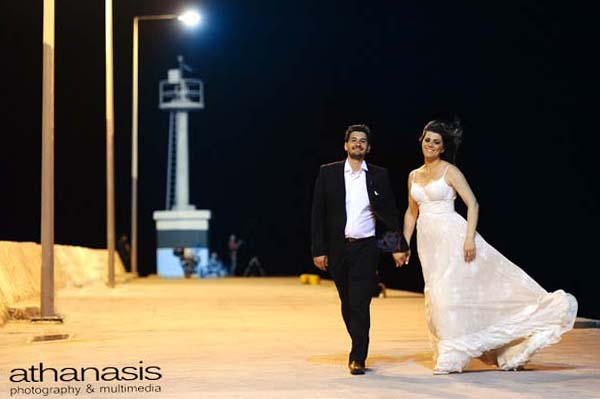 Ο γαμπρός και η νύφη στον φάρο του λιμανιού