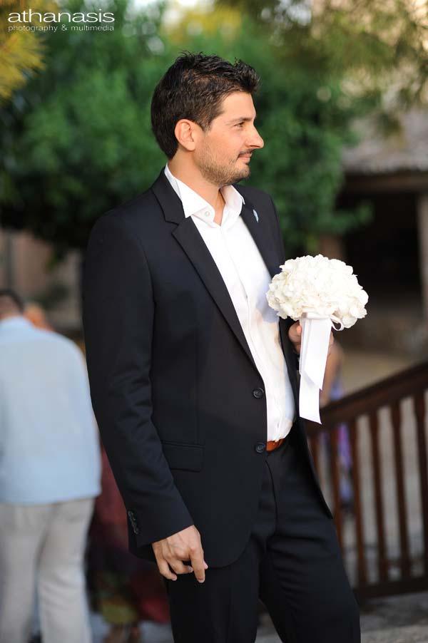 πορτρέτο του γαμπρού περιμένοντας την νύφη