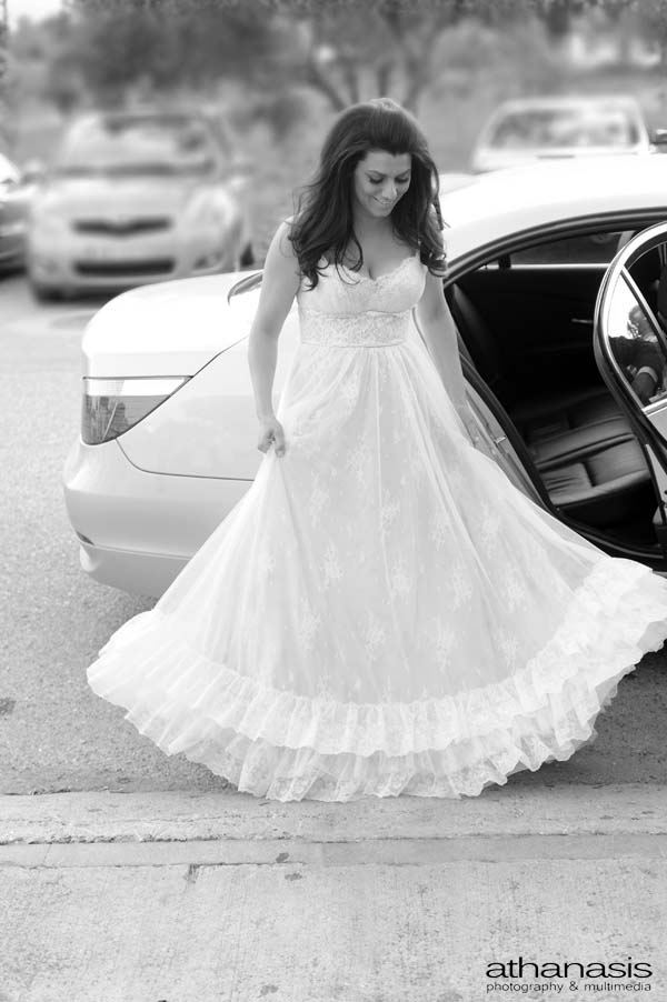 η νύφη βγαίνοντας από το αυτοκίνητο