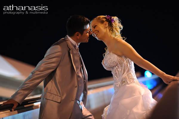 το φιλί των νεονύμφων σε νυχτερινό περίπατο στις κυλιόμενες σκάλες
