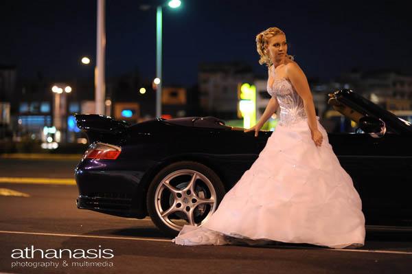 η νύφη σε φυσική στάση ολόσωμη έξω από το αυτοκίνητο porsche
