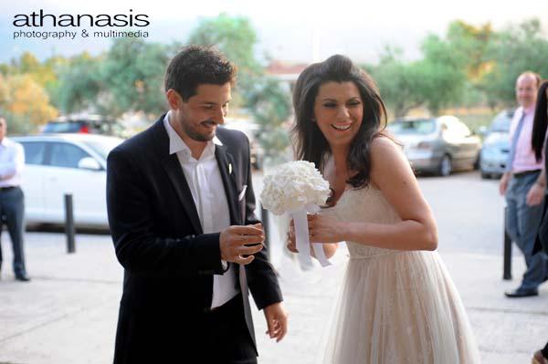 ο γαμπρός δίνει την ανθοδέσμη στην νύφη