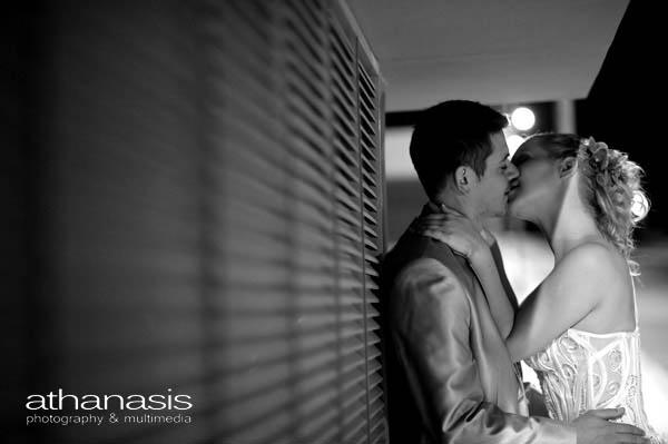 το φιλί του ζευγαριού ασπρόμαυρη φωτογραφία