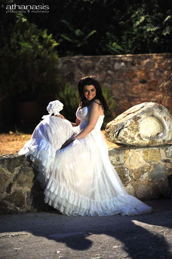 η νύφη ποζάροντας στο τέλος του γάμου στο προαύλιο της εκκλησιάς