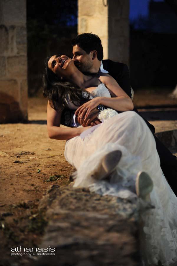 το ζευγάρι αγκαλιασμένο σε τρυφερή στιγμή