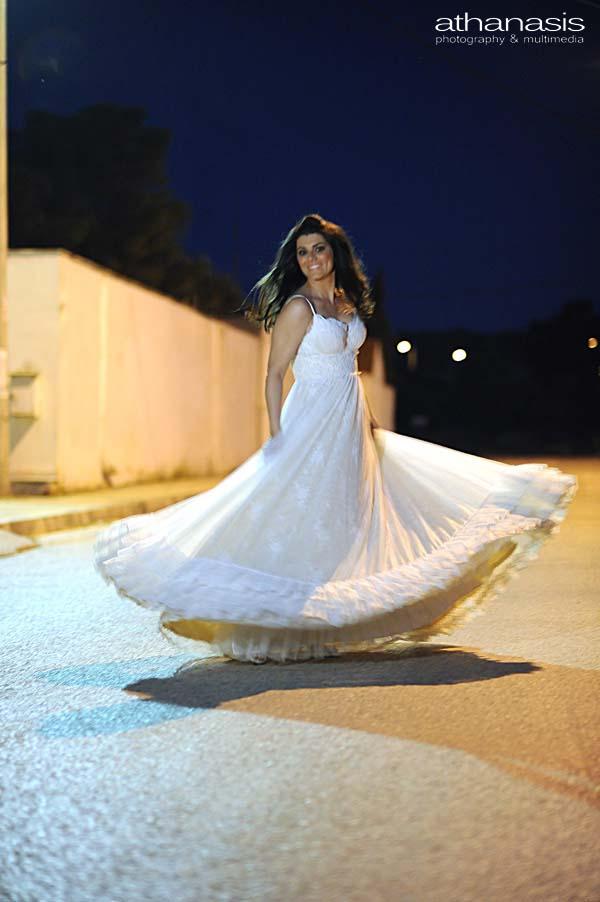 Η νύφη σε χορευτική κίνηση στην μέση του δρόμου
