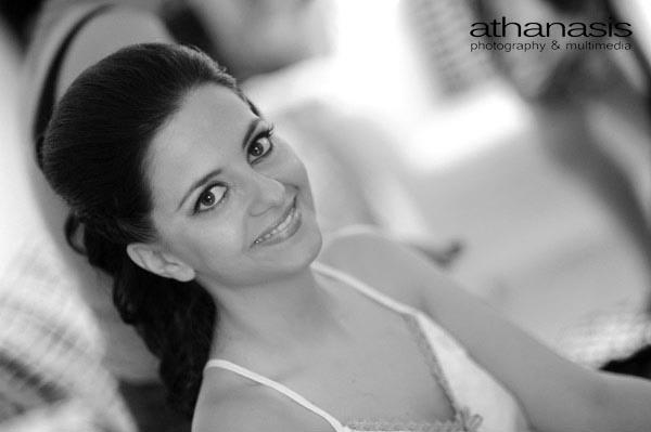 η νύφη χαμογελαστή στην προετοιμασία της , ασπρόμαυρη φωτογραφία γάμου
