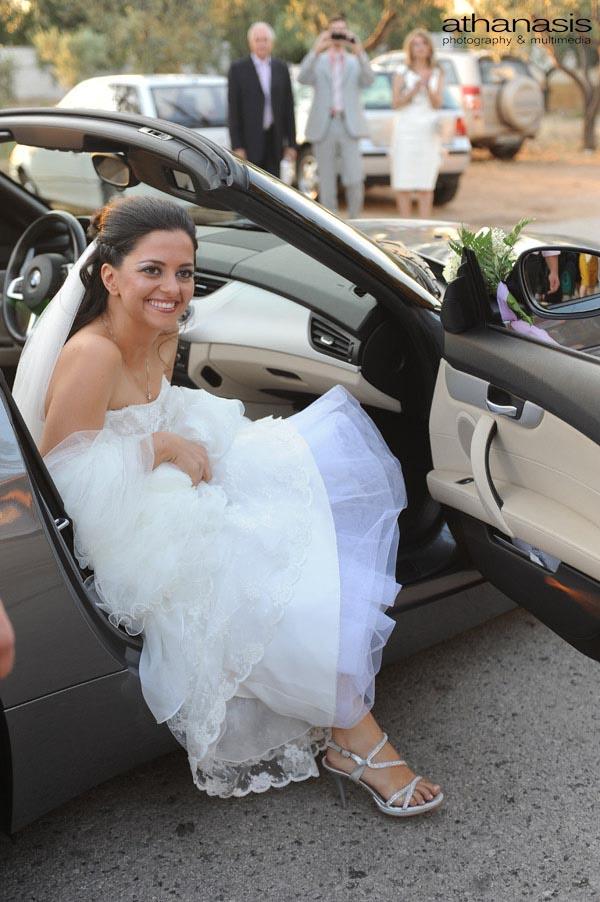 η νύφη βγαίνει από το αυτοκίνητο , έγχρωμη φωτογραφία γάμου