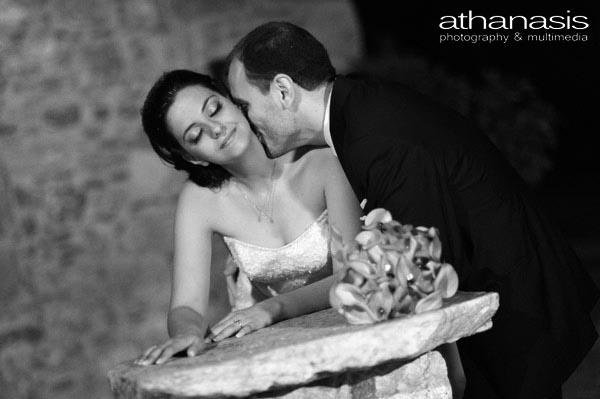 η νύφη δέχεται ευχάριστα το φιλί του γαμπρού στο λαιμό της