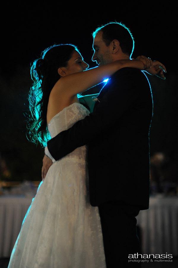 οι νεόνυμφοι στον χορό του γάμου τους