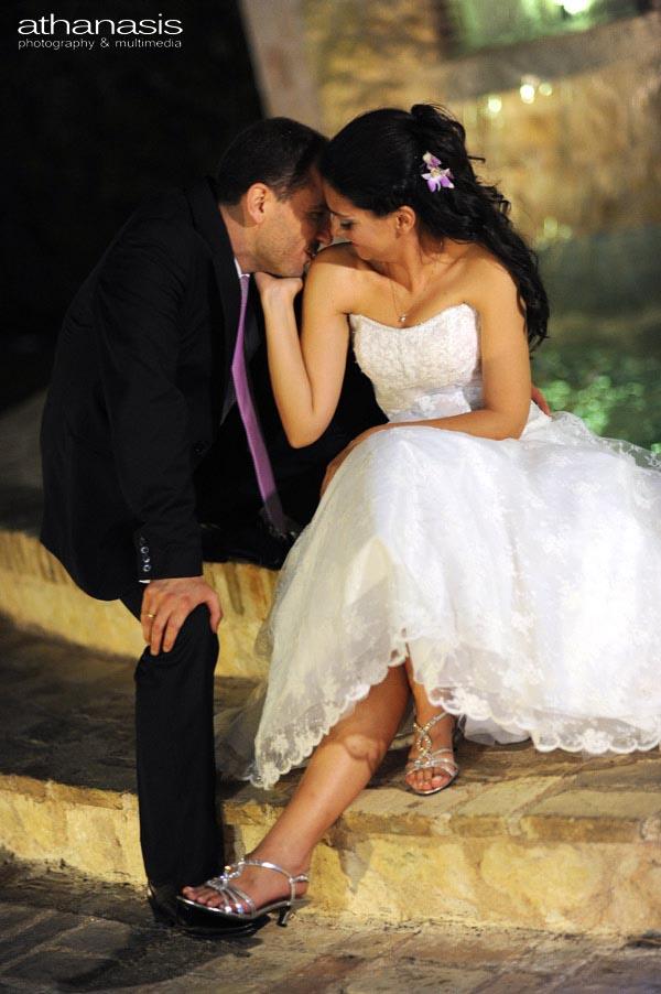 ο γαμπρός και η νύφη σε μεταξύ τους στιγμή