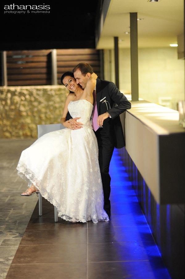 ακουμπισμένο το ζευγάρι στο μπαρ ποζάρει , έγχρωμη φωτογραφία γάμου