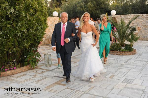 η νύφη με τον πατέρα της περπατούν προς την εκκλησία