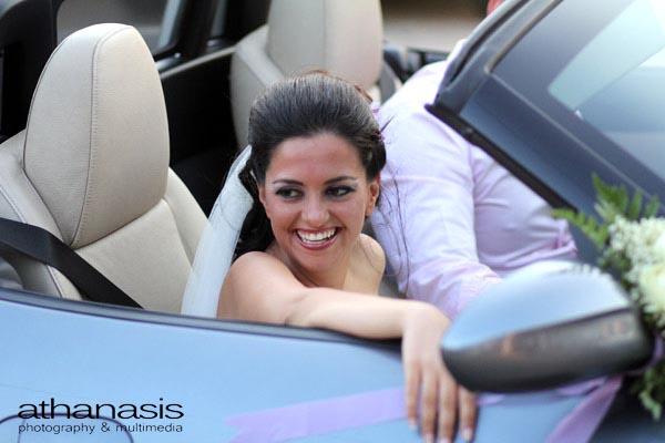 ο ερχομός της νύφης με το αυτοκίνητο , έγχρωμη φωτογραφία γάμου