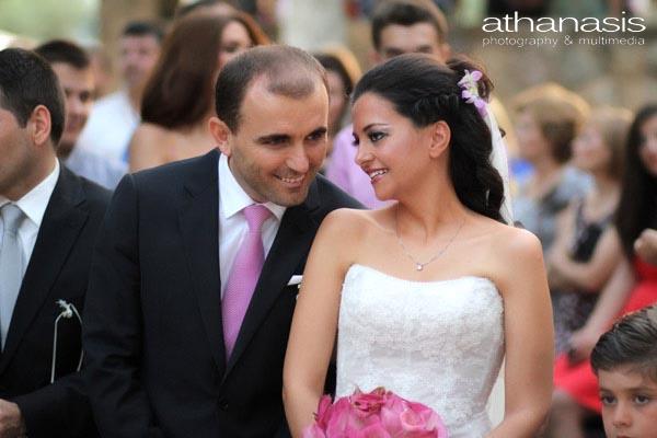 ο γαμπρός και η νύφη χαμογελούν μεταξύ τους , έγχρωμη φωτογραφία γάμου