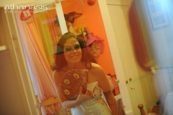 η νύφη με βεντάλια στην προετοιμασία της