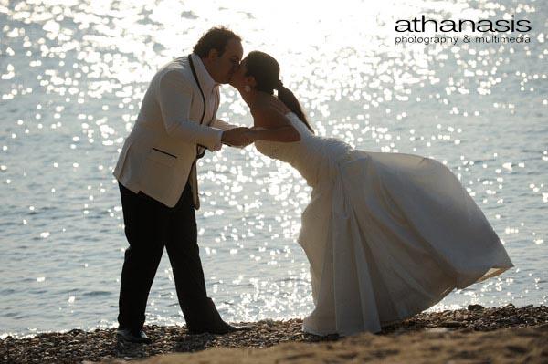 ολόσωμη φωτογραφία της νύφης και του γαμπρού με φόντο την θάλασσα