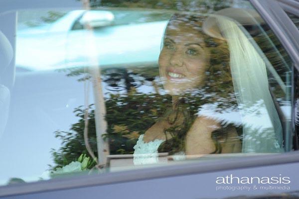 η νύφη μέσα από το παράθυρο του αυτοκινήτου