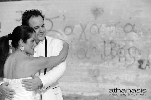 προφίλ του ζευγαριού με φόντο ένα τοίχο που γράφει σ' αγαπώ , ασπρόμαυρη φωτογραφία γάμου
