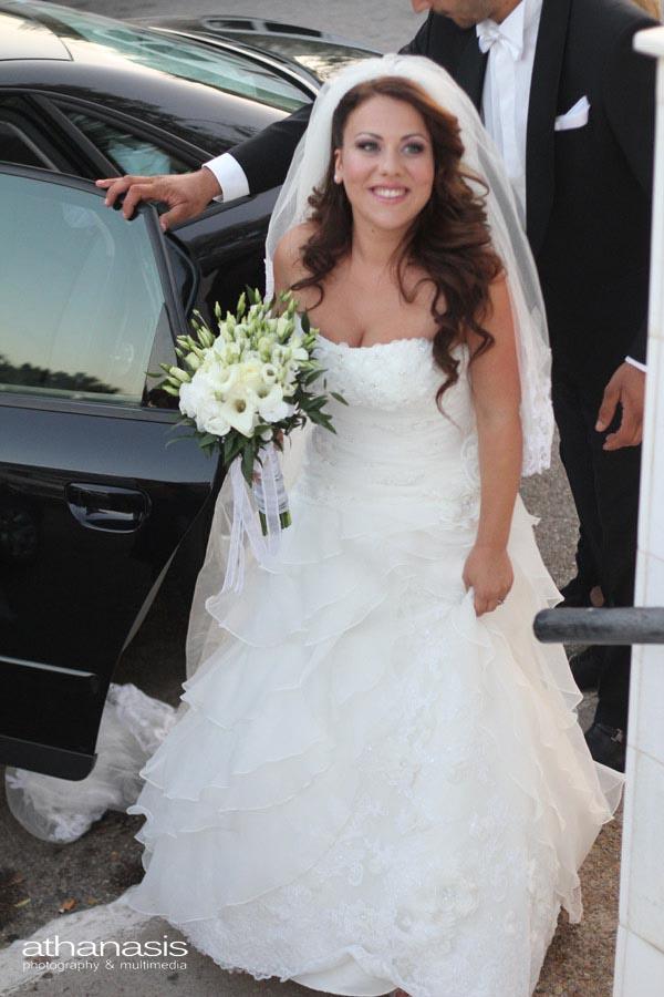 η έξοδος της νύφης από το αυτοκίνητο