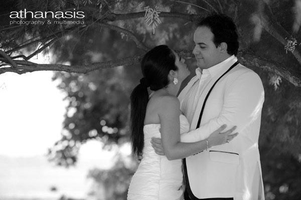 το ζευγάρι σε ρομαντική στιγμή κάτω από το δέντρο