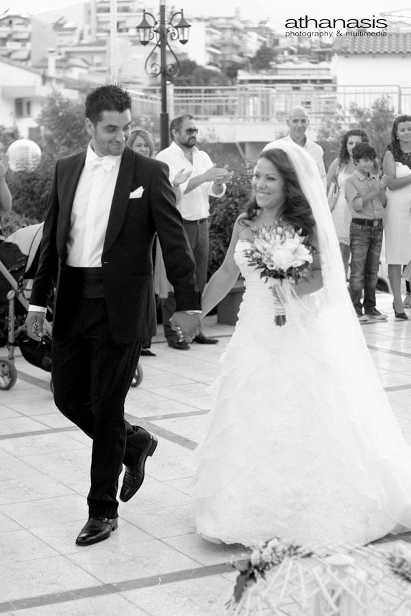 η νύφη και ο γαμπρός κρατιοὐντε από το χέρι και πάνε προς την εκκλησιά