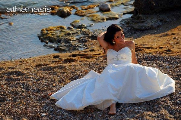 η νύφη καθισμένη στην παραλία με φόντο την θάλασσα