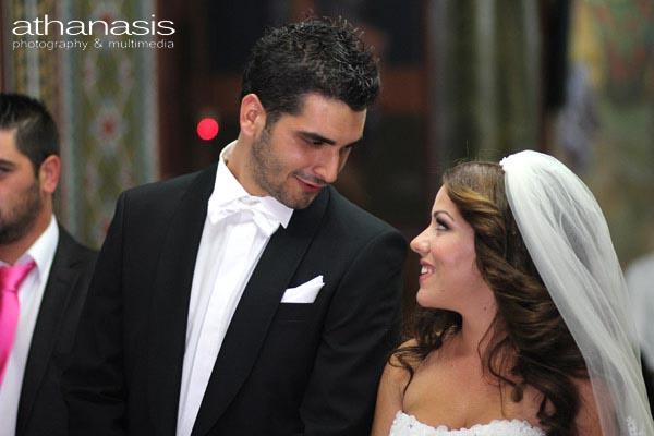κοίταγμα του ζευγαριού στα ματιά την ώρα του γάμου