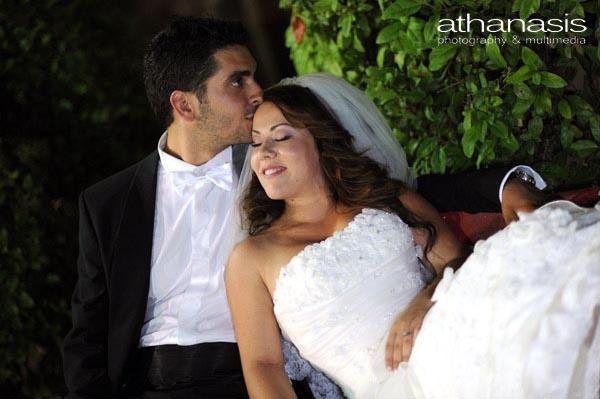 η νύφη τρυφερά ακουμπισμένη στον γαμπρό που την φυλάει