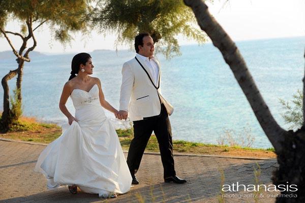το ζευγάρι βαδίζει πιασμένο χέρι χέρι στην παραλία