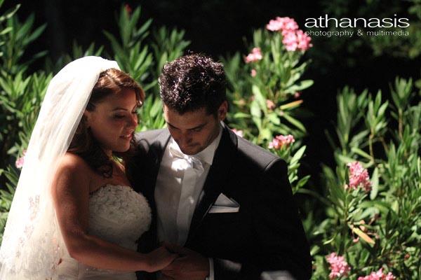 ο γαμπρός χαϊδεύει το χέρι της νύφης