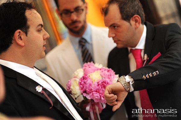 ο κουμπάρος δείχνει στον γαμπρό με το ρολόι του, η νύφη έχει καθυστερήσει στον γάμο