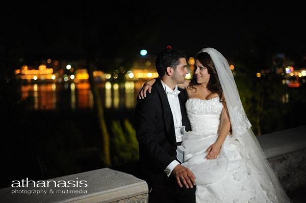 το ζευγάρι αγκαλιασμένο με φόντο την Χαλκίδα