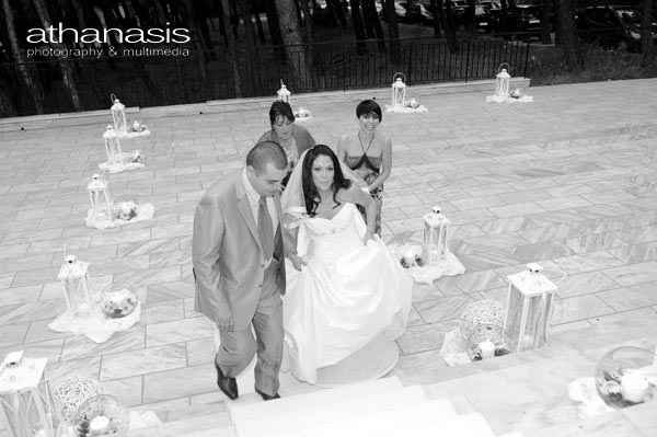 η νύφη συνοδευόμενη από τον αδερφό της
