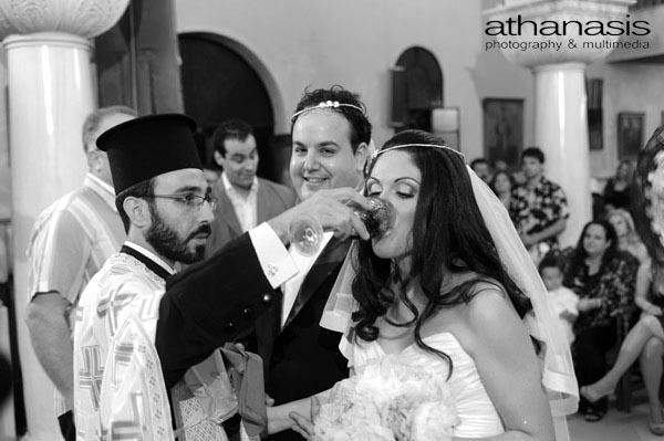 η αντίδραση του γαμπρού τη στιγμή που η νύφη πίνει το κρασί στον γάμο