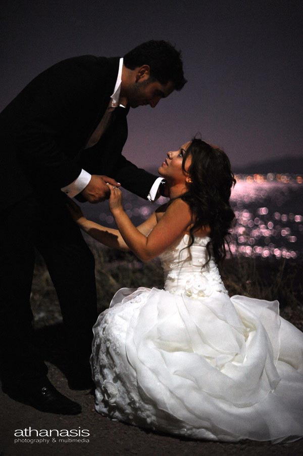 ο γαμπρός πιάνει την γονατισμένη νύφη
