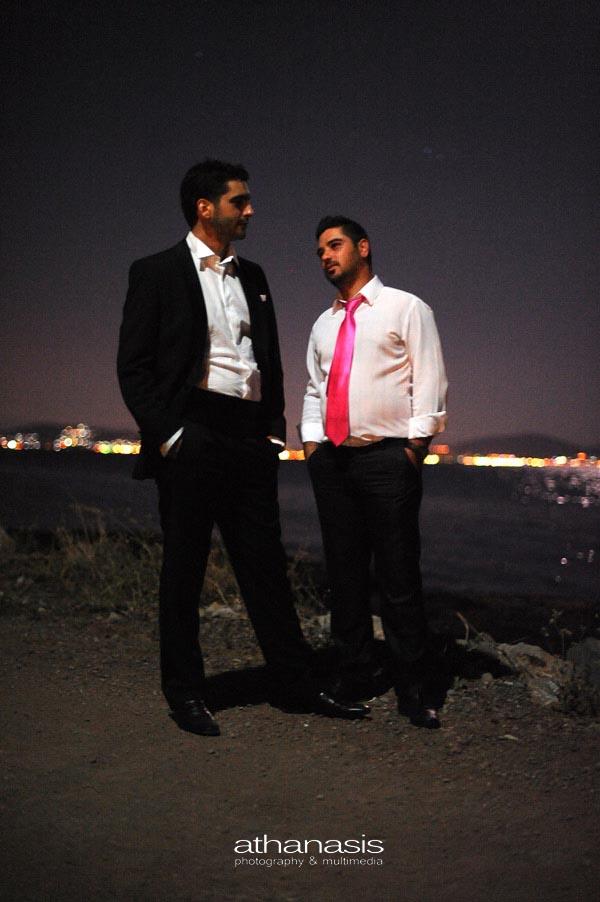 ολόσωμη φωτογραφία του κουμπάρου και του γαμπρού με φόντο την νυχτερινή θάλασσα της Χαλκίδας