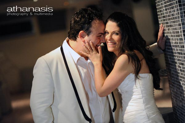 στο ημίφως της νύχτας ο γαμπρός δίνει ένα γαργαλιστικό φιλί στην νύφη