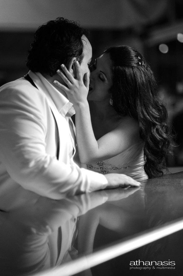 παθιασμένο φιλί στο μπαρ, ασπρόμαυρη φωτογραφία γάμου
