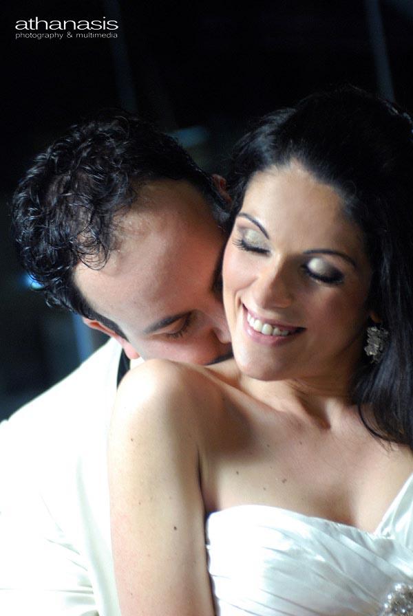 οι παντρεμένοι σε τρυφερή στιγμή στο ημίφως
