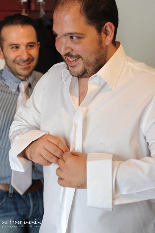ο γαμπρός κουμπώνει το πουκάμισο του με του δικούς του