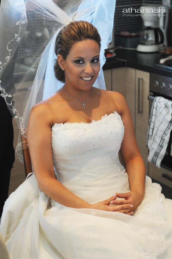 η νύφη καθιστή ποζάρει στο σπίτι της