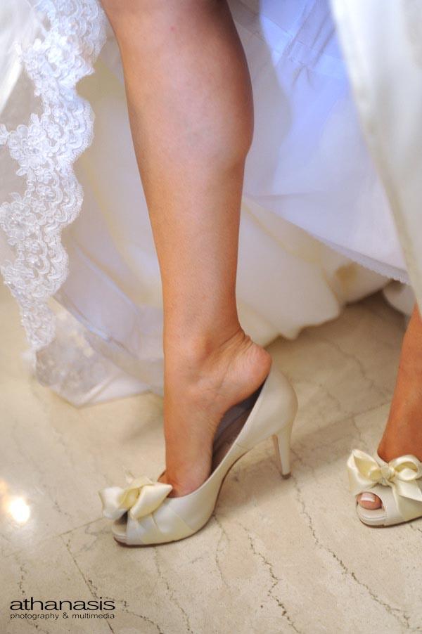 η νύφη βάζει τα γοβἁκια της