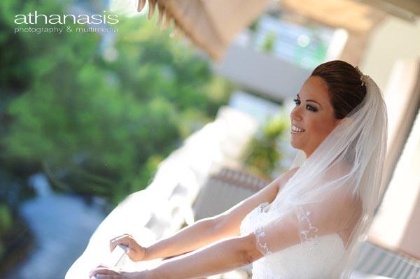 η νύφη στέκεται με απλωμένα χέρια στο μπαλκόνι της , ατμοσφαιρικό φως