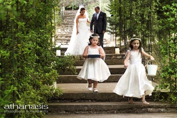 Η νύφη καταφθάνει με τις παράνυμφες να ανοίγουν το δρομο